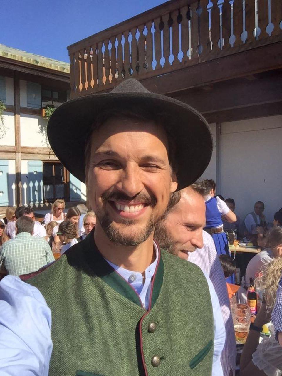 Florian David Fitz auf der Wiesn: Der smarte Schauspieler lässt sich das Oktoberfest samt Tracht nicht entgehen.