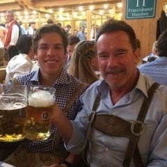 Hollywoodstar Arnold Schwarzenegger stößt mit Sohn Joseph an.