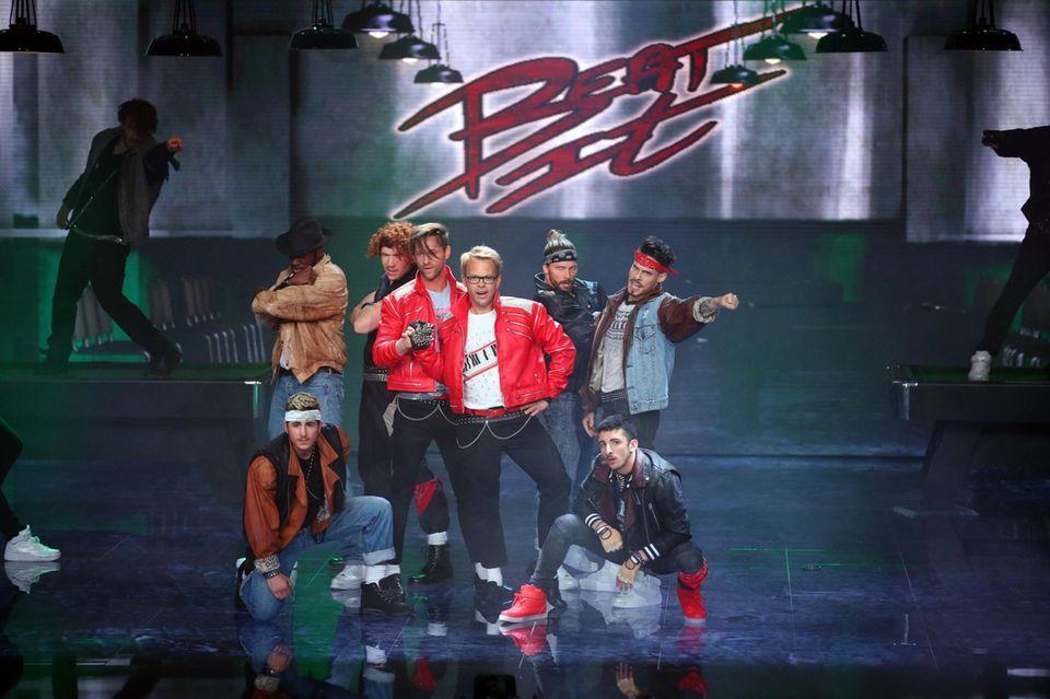"""Alexander Kumptner und Mario Kotaska tanzen zu """"Beat it"""" von Michael Jackson."""