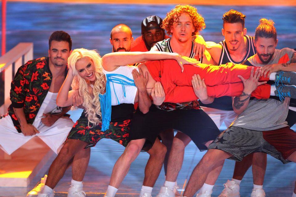"""Daniela Katzenberger tanzt bei ihrem Solo zu """"Genie In A Bottle"""" von Christina Aguilera."""