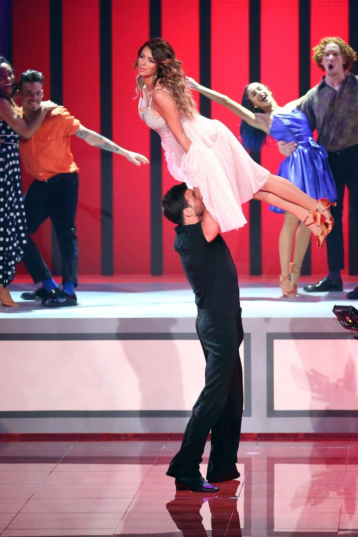 """Sabia Boulahrouz und Leonard Freier tanzen zu """"The Time Of My Life"""" aus """"Dirty Dancing""""."""