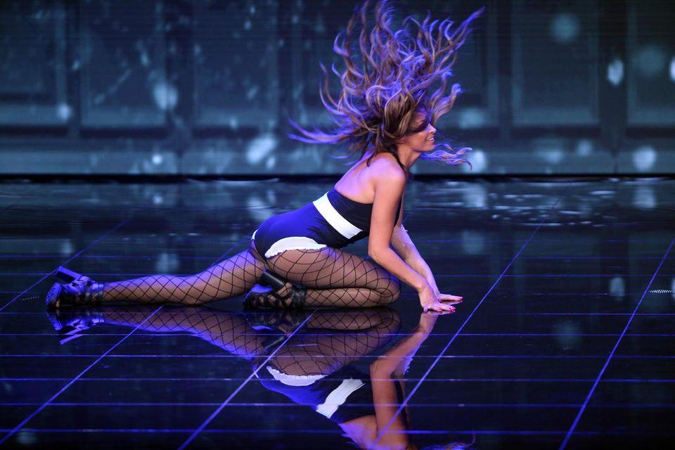 """Sabia Boulahrouz tanzt bei ihrem Solo zu """"Umbrella"""" von Rihanna."""