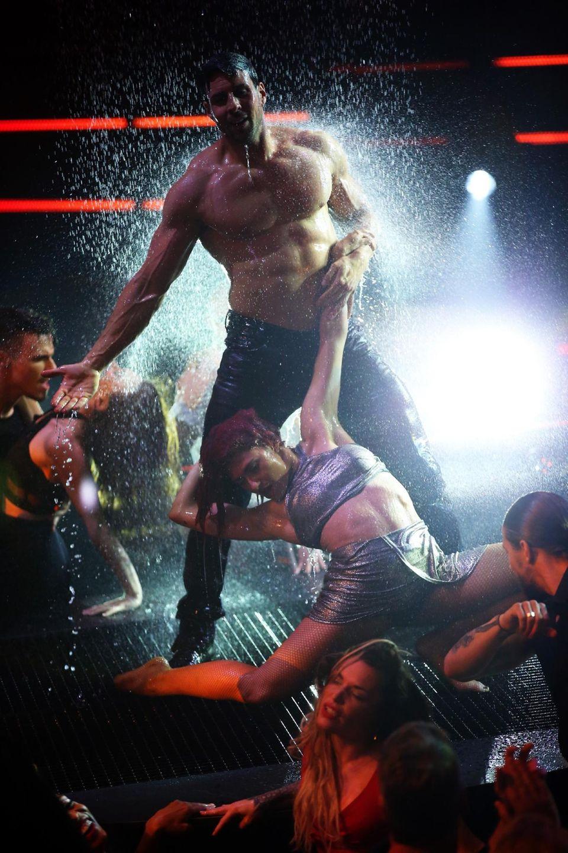 """Sexy Auftritt: Leonard Freier tanzt bei seinem Solo zu """"Livin ?La Vida Loca"""" von Ricky Martin."""