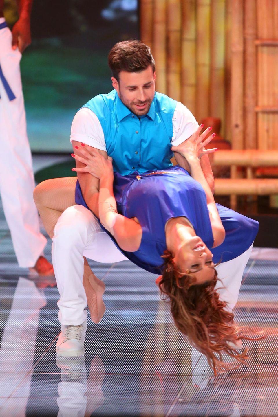 """Sabia Boulahrouz und Leonard Freier tanzen zu """"Lambada / On the floor"""" von """"Kaoma""""."""