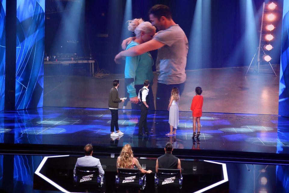 Daniela Katzenberger hat sich verletzt und kann mit ihrem Mann Lucas Cordalis nicht mehr teilnehmen. Für sie tanzen in der vierten Sendung wieder Sabia Boulahrouz und Leonard Freier.