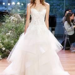 Dieses Hochzeitskleid aus Tüll und Spitze von Monique Lhuillier können wir uns sehr gut am Traumkörper von Rosie Huntington-Whiteley vorstellen.