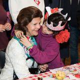 """Tag 3  Die Königin spielt mit Flüchtlingskindern in Berlin: Im """"Sharehouse Refugio"""" freundet Silvia von Schweden sich mit einem süßen Flüchtlingsmädchen an."""