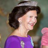 Tag 2  Retourdinner auf Schloss Charlottenburg in Berlin: Königin Silvia trägt eine traumhaft funkelnde Krone.