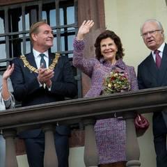Tag 4  Besuch in Leipzig: Königin Silvia und König Carl Gustaf winken den Leipzigern zu.