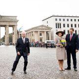 Auf dem Pariser Platz ein kleines Tänzchen einlegen? Für König Carl Gustaf ist das kein Problem. Königin Silvia kommt da um ein Schmunzeln nicht herum.
