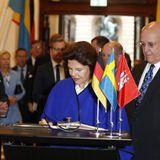 Tag 2  Königin Silvia von Schweden trägt sich in das Goldene Buch der Stadt ein.
