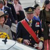 Tag 1  Königin Silvia und König Carl Gustaf besuchen Deutschland. Vor dem Schloss Bellevue winkt Silvia von Schweden dem Publikum zu.