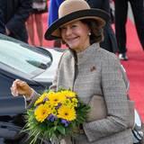 Tag 1  Mit einem großen Blumenstrauß in den Händen strahlt Königin Silvia während der Willkommenszeremonie auf Schloss Bellevue in Berlin.