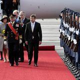 Tag 1  König Carl Gustaf und Königin Silvia bei ihrer Ankunft am Flughafen Tegel in Berlin. Für den hohen Staatsbesuch wurde zwischen dem Jet und ihrer Limousine ein roter Teppich ausgerollt.