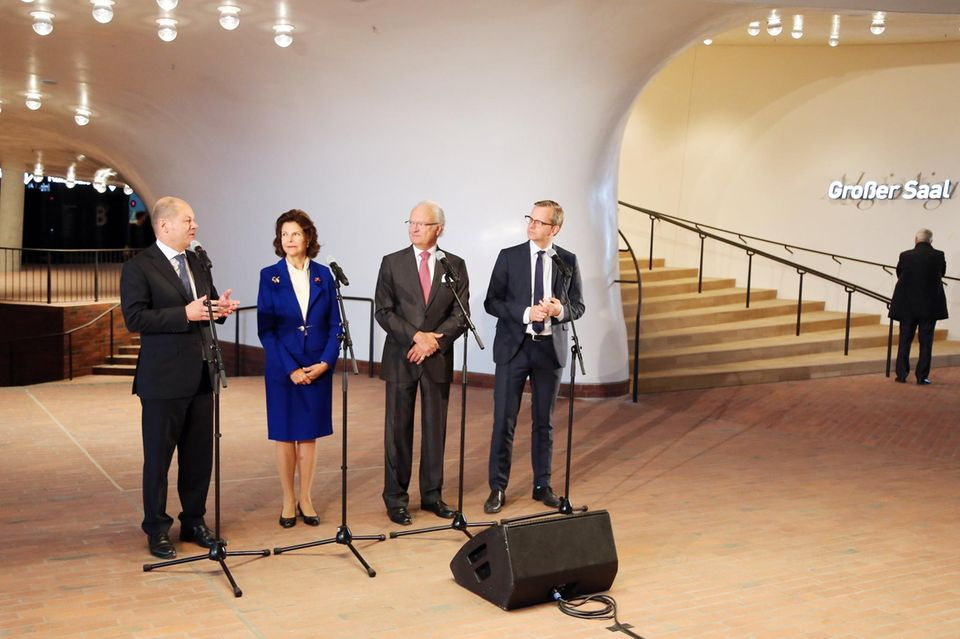 Tag 2   Begleitet von Bürgermeister Olaf Scholz (links) und dem schwedischen Wirtschaftsminister Mikael Damberg (rechts) spricht das Königspaar in der Elbphilharmonie Plaza zu der Presse.