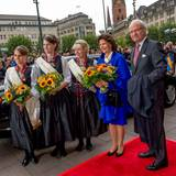 Tag 2  Herzliche Begrüßung am Rathausmarkt: Königin Silvia und König Carl Gustaf treffen vor dem Eingang des Hamburger Rathauses ein.