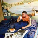 Frühstück am Bett, Bettwäsche mit eigenem Logo und ein großes Kunstwerk an der Wand: Lapos Schlafgemach kann sich sehen lassen.