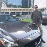 Wenn mein Auto zu meinem Outfit passt: Lapo Elkann vor seinem Maserati, farblich abgestimmt mit seinem Jackett.