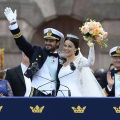 Prinz Carl Philip und Prinzessin Sofia von Schweden lassen sich bei ihrer Hochzeit am 13. Juni 2015 vom Volk in Stockholm bejubeln