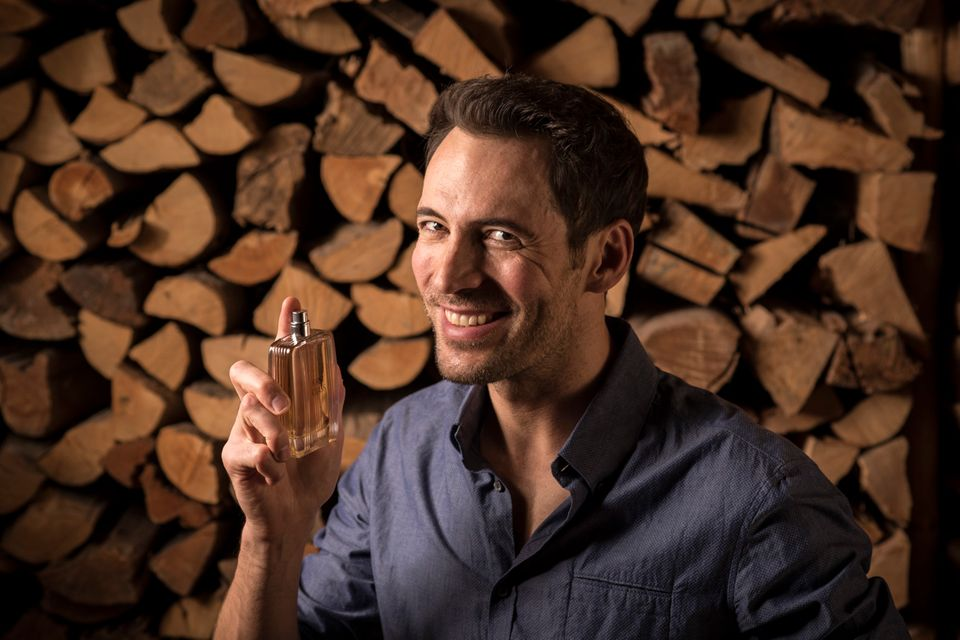 Moderator Alexander Mazza genießt den Duft des Aigner Parfums.