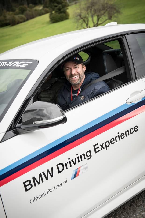 Schauspieler Bruno Eyron muss einen Parcours mit einem BMW M bezwingen.
