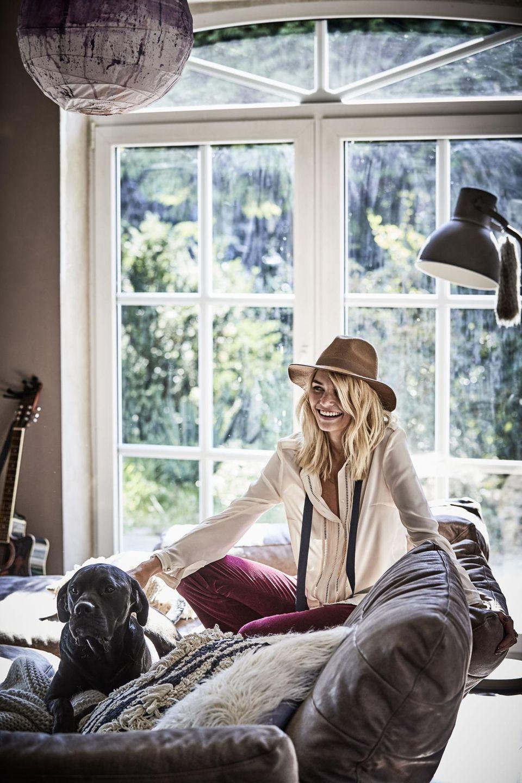 Luisa Hartema genießt die ruhigen Stunden mit Hund Luk. Ihr Zuhause wollte sie möglichst wohnlich und entspannt einrichten.