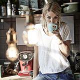 Keep Calm and Drink Coffee: Die morgendliche Tasse Kaffee gehört für das international tätige Model fest dazu.