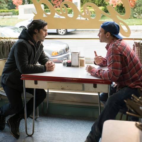 """Endlich erhaschen wir einen ersten Blick auf Herzensbrecher Jess! Zur Freude der riesigen """"Gilmore Girls""""-Gemeinde kehrt der coole Literaturliebhaber (Milo Ventimiglia) nach Stars Hollow zurück."""