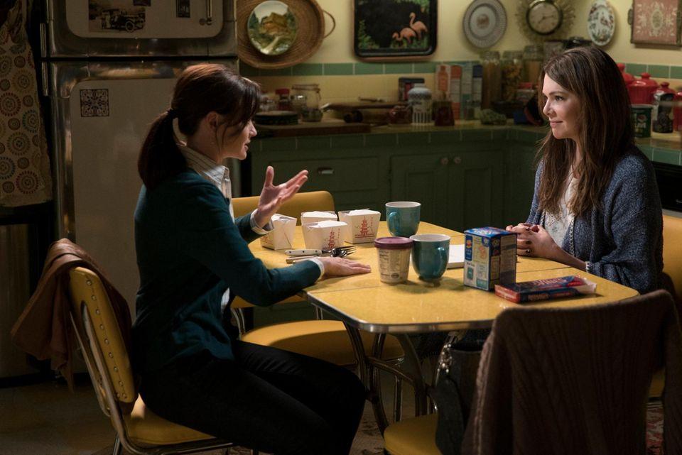 Dinner à la Gilmore: Rory und Lorelai nehmen mit jeder Menge Take-out-Boxen in der Küche Platz.