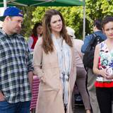Wie eine glückliche Familie sehen sie aus - oder etwa doch nicht? Luke, Lorelai und Rory scheinen irgendetwas skeptisch zu betrachten.