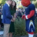 """Tag 4  Prinz William und Herzogin Catherine treffen auf das Maskottchen des Volleyballteams der """"British Columbia""""."""