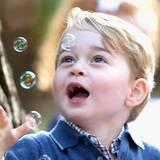 Tag 6  Auch einfache Dinge können Prinz George begeistern: Seifenblasen zum Beispiel.