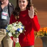 """Tag 7  Am siebten Tag ihrer Kanada Reise eröffnet das Herzogspaar das neue """"Haida Gwaii Hospital and Care Centre"""". Catherine bekommt bei ihrer Ankunft einen Strauß Blumen geschenkt."""