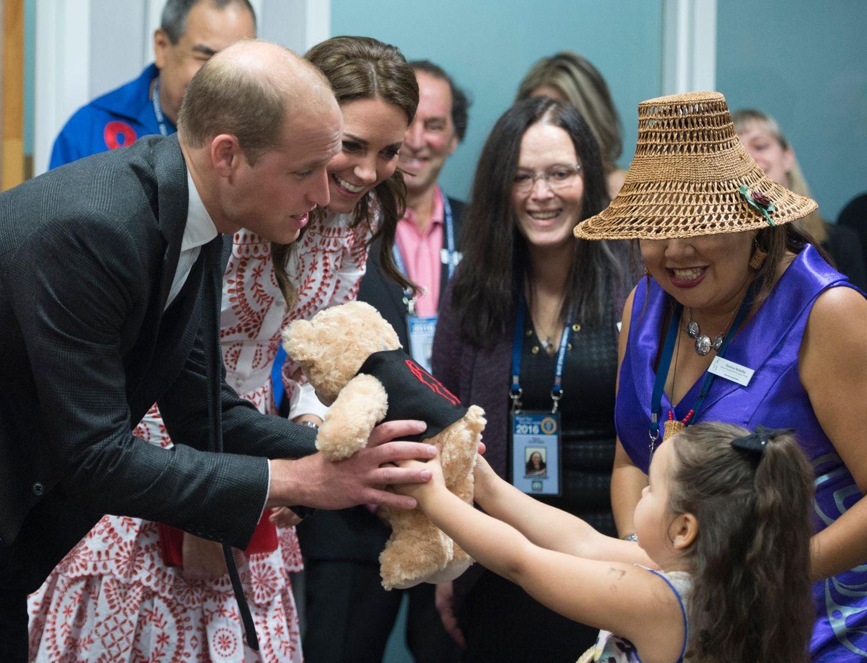 Als Kate und William von der fünfjährigen Hailey Cain Teddybären für ihre Kinder überreicht bekommen, verrät die Herzogin, dass Charlotte es liebt, mit Teddys zu kuscheln. Na, dann war es ja das perfekte Geschenk!