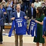 """Tag 4  Herzogin Catherine und Prinz William während ihrem offiziellen Besuch in Kanada: Das royale Traumpaar begegnet dem Frauen-Volleyballteam der Universität """"British Columbia""""."""