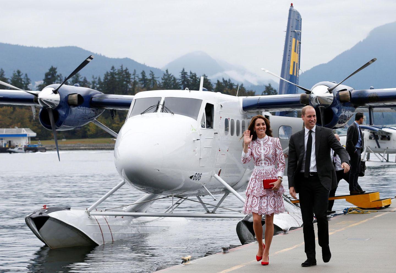 """Stylische Ankunft per Wasserflugzeug: Wie auf einem Laufsteg schreiten Prinz William und Catherine auf ihre Termine in sozialen Einrichtungen in Vancouver zu - und bieten ein großartiges Motiv für die vielen Fotografen. Kates Kleid vom Label """"Alexander Mc Queen"""" leuichtet in den Farben der kanadischen Flagge."""