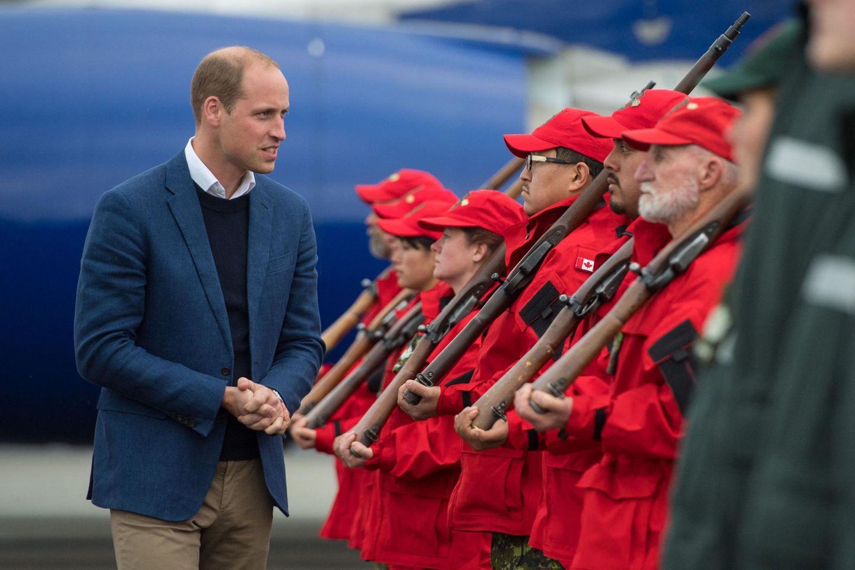 """Tag 4  Am Flughafen in Whitehorse, Yukon wird Prinz William von den """"Canadian Rangers"""" empfangen."""