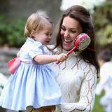 Zauberhafte Momente in Kanada: Herzogin Catherine spielt mit ihrer Tochter Charlotte. Ganz besonders mag die kleine Prinzessin eine Schamanentrommel.