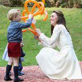 Tag 6  Herzogin Catherine, Prinz George und Prinzessin Charlotte staunen über die Tollen Luftballonfiguren: Die Kinderfeier in Kanada bereitet der royalen Familie viel Spaß.