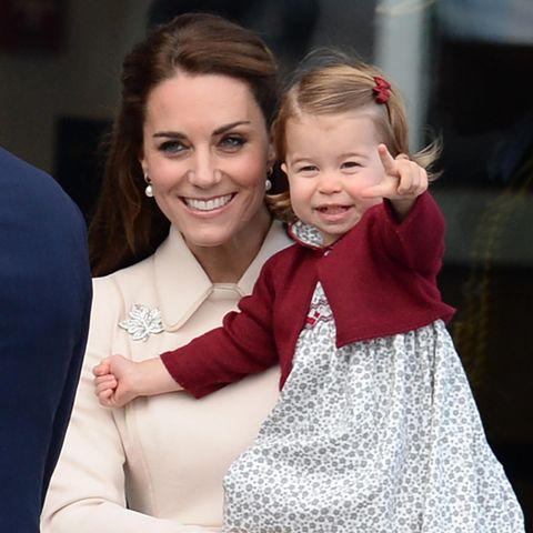 Tag 8  Dann geht es zum Wasserflughafen von Victoria, um Abschied zu nehmen. Prinzessin Charlotte freut sich auf Mamas Arm über die Fotografen.
