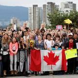 """Die Stimmung in der """"Kitsilano Coast Guard Station"""" in Vancouver ist großartig, während die Massen darauf warten, dass der Herzog und die Herzogin von Cambridge endlich ankommen."""