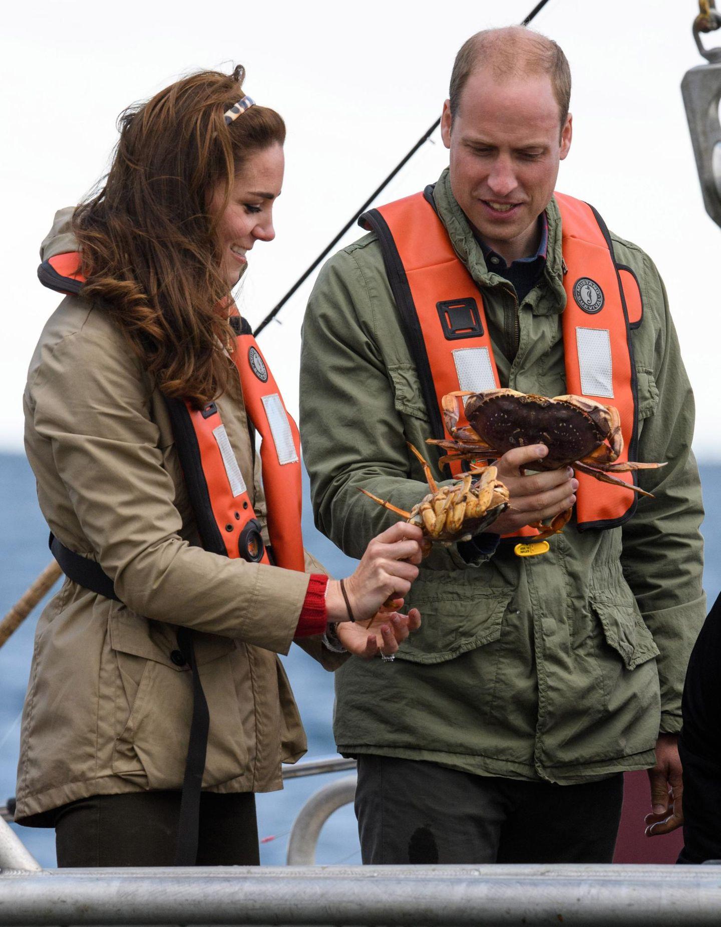 Tag 7  ... Stolz begutachten Herzogin Catherine und Prinz William ihren Fang.