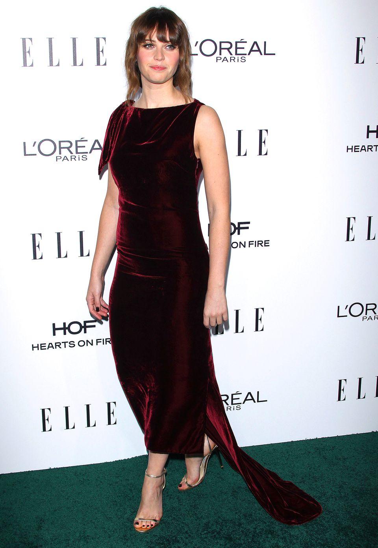 Richtig festlich und edel wirkt Felicity Jones in ihrem blutroten Samtkleid - wunderschön.