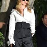Cooler geht's kaum: Supermodel Rosie Huntington-Whiteley zeigt sich mit weißem Hemd und High-Waist-Nadelstreifen-Hose betont lässig.