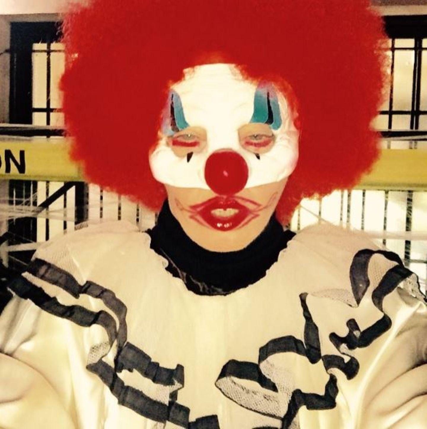 Lasst uns hoffen, dass die Kinder bereits im Bett waren, als Madonna dieses furchterregende Clownskostüm auspackte.