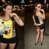 """Baywatch-Darstellerin Alicia Arden unterwegs mit Bauarbeiterdekolleté und grausigem """"SpongeBob""""-Kostüm. Dass sie eine """"Minions"""" statt """"SpongeBob""""-Stoffpuppe dabei hat, scheint die Schauspielerin nicht zu merken."""