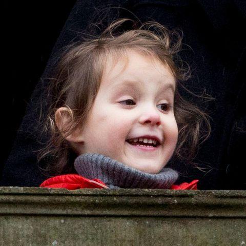 Kleine Prinzessin hinter hoher Brüstung: Athena schaut trotzdem fröhlich bei der Jagd zu.
