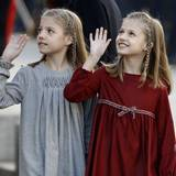 17. November 2016   Mit kindlicher Gelassenheit winken Prinzessin Leonor und Prinzessin Sofia den Zuschauern zu. Sie sind mit ihren Eltern bei der Parlamentseröffnung in Madrid.