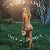 """Alicia Silverstone posiert nackt für PETA: Der """"Clueless""""-Star steht nackt auf einem Feld mit einer Schafsmaske in der Hand. Dazu der Slogen: """"Ich gehe lieber nackt als Wolle zu tragen."""""""