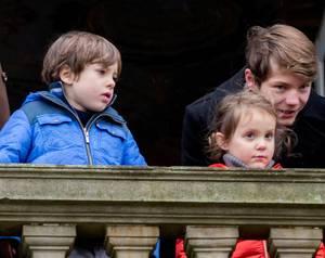 6. November 2016  Prinz Felix erkärt seiner kleinen Schwester das Geschehen vor dem Schloss.